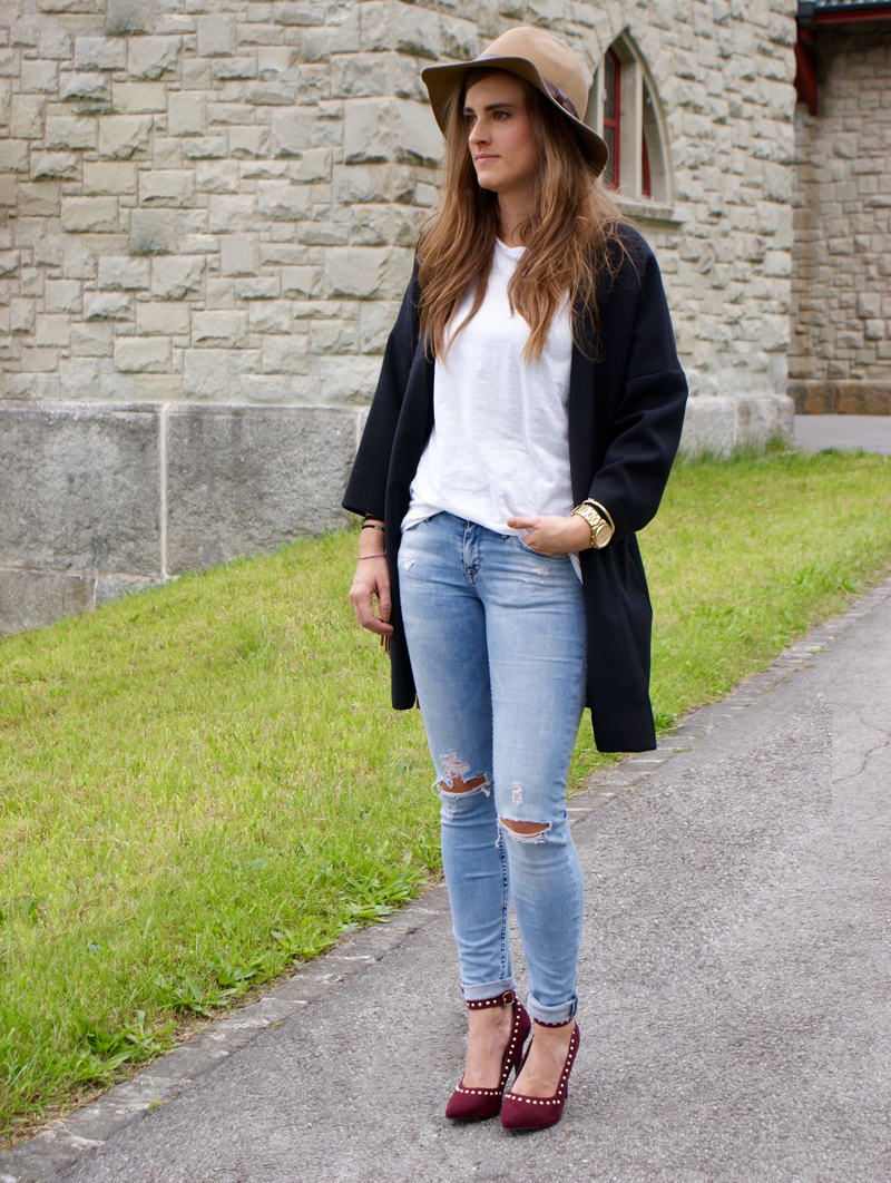 Destroyed Jeans with a white shirt and a long Blazer