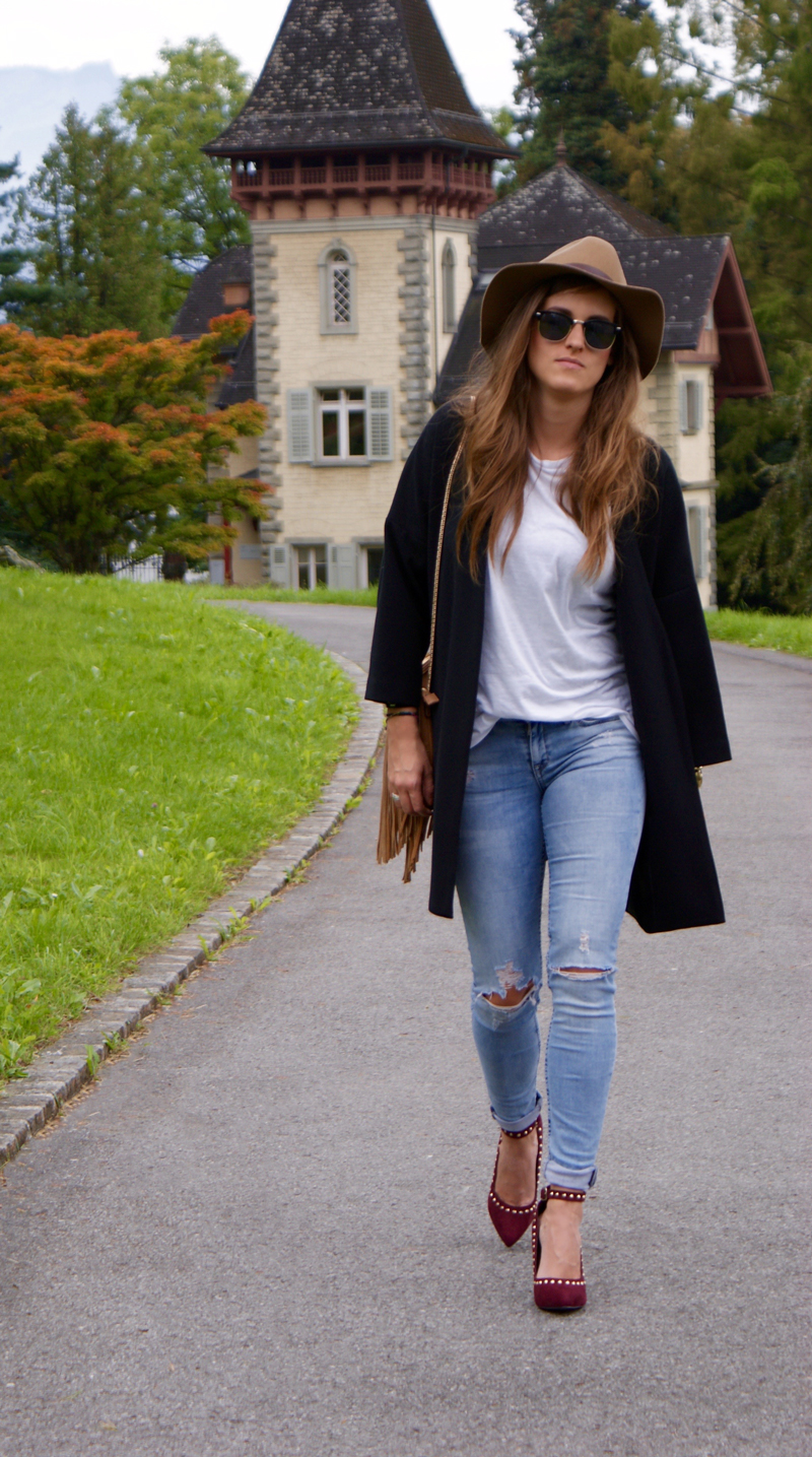 Destroyed skinny jeans with a long blazer