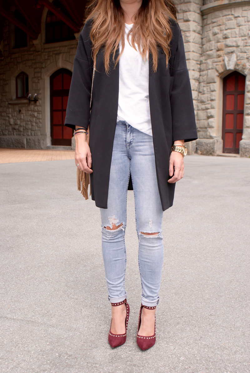 Destroyed Jeans with a long Blazer and High Heels with rivets