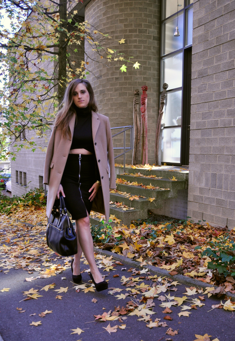Pencilskirt with a cropped sweater and a coat from Uniqlo. The Bag is from Hugo Boss.