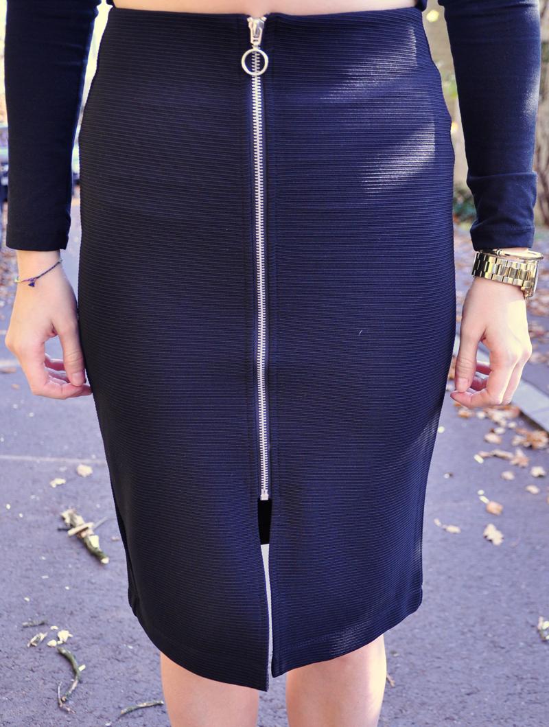 Black pencilskirt with a zipper from Bershka.