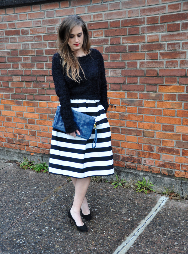 Midi skirt with stripes in black and white from Topshop with a black sweater from Gina Tricot and black high heels from Zara.