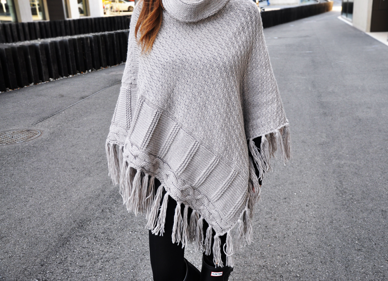 Turtleneck Poncho with fringes from Only with Hunterboots and leather leggings.