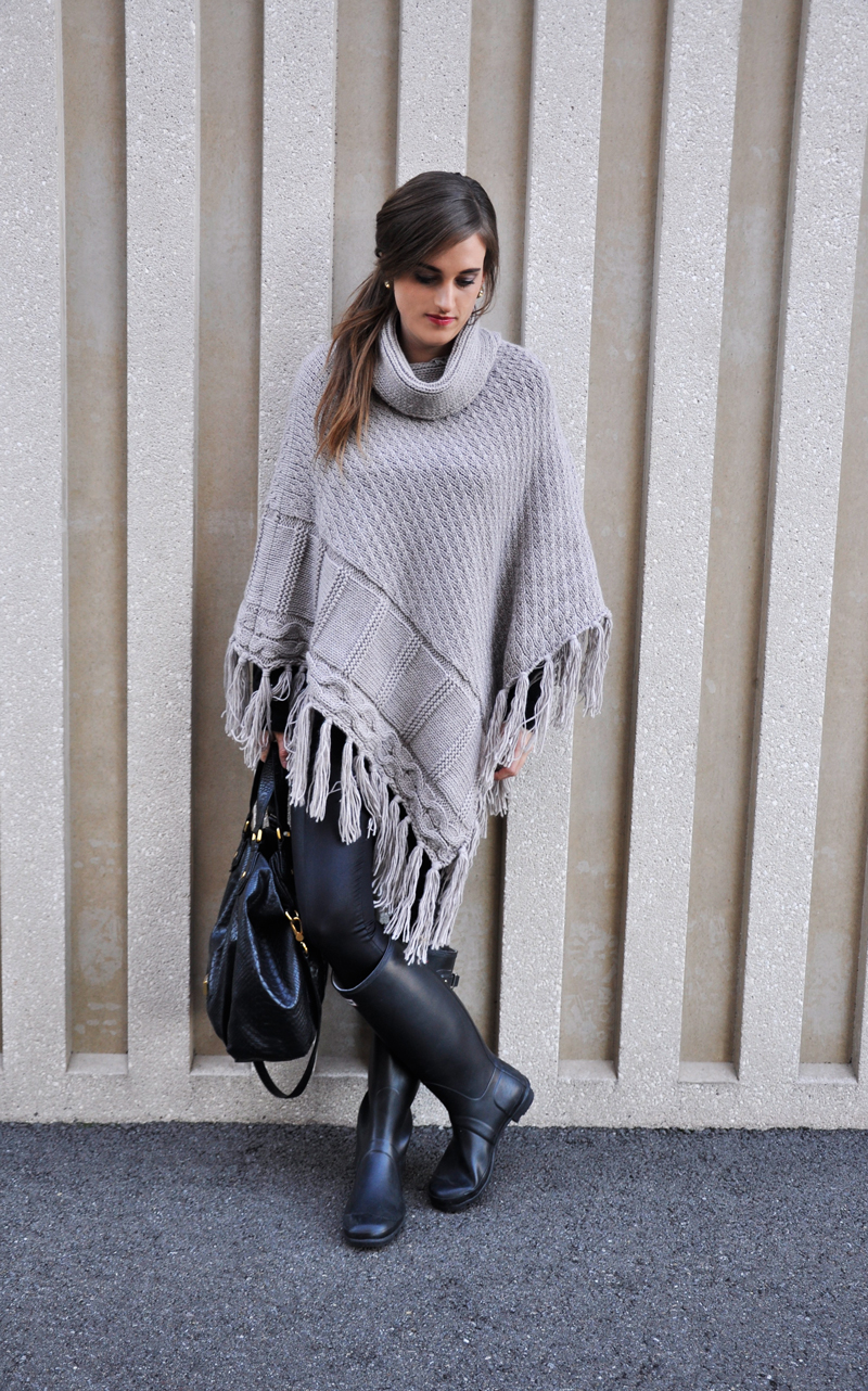 Turtleneck Poncho with fringes from Only with Hunterboots and a bag from Marc Jacobs.