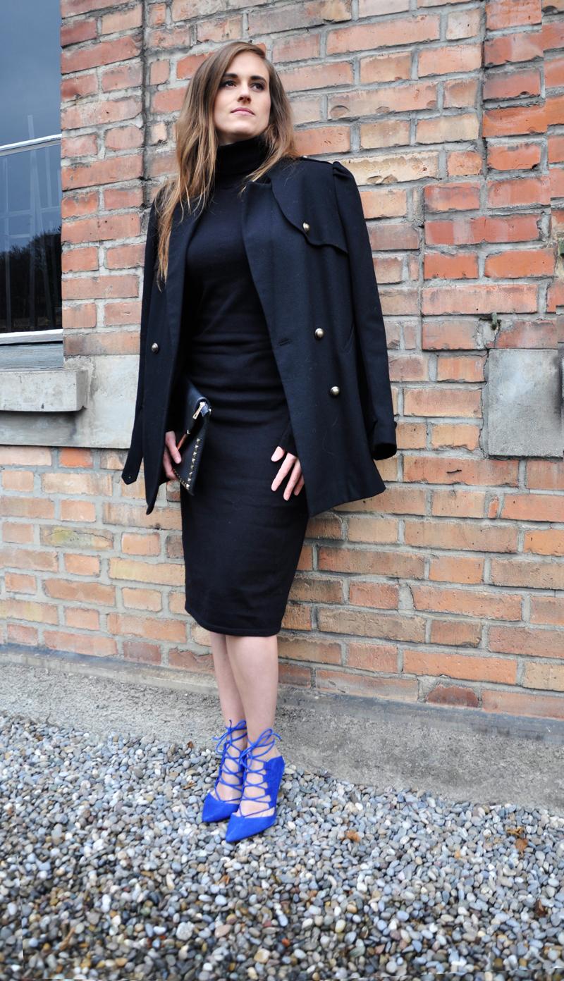 Schwarzes Rollkragenkleid von mint&berry, blaue Absatzschuhe von Topshop und schwarzer Manteln von Hoss Intropia. Dazu eine schwarze Clutch mit Nieten vom Flohmarkt.