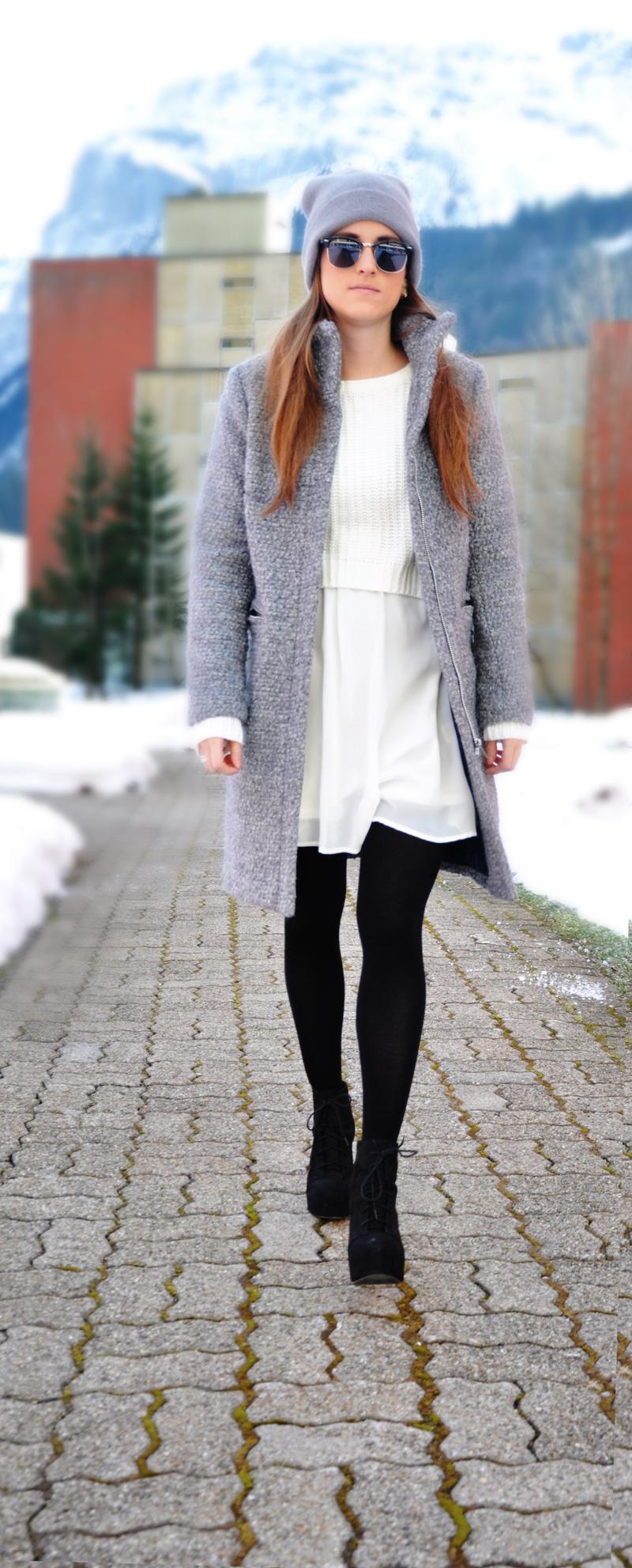 Wintermantel in Grau von H&M mit einem weissen Kleid