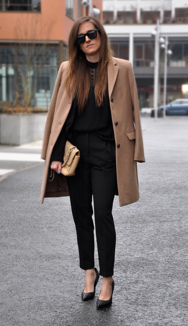 Beiger Mantel von Uniqlo dazu schwarze Stoffhosen von ASOS. Kombiniert mit einem Blazer von Zara und Top mit Rollkragen und Spitzen. Die Schuhe sind von Material Girl by Madonna.