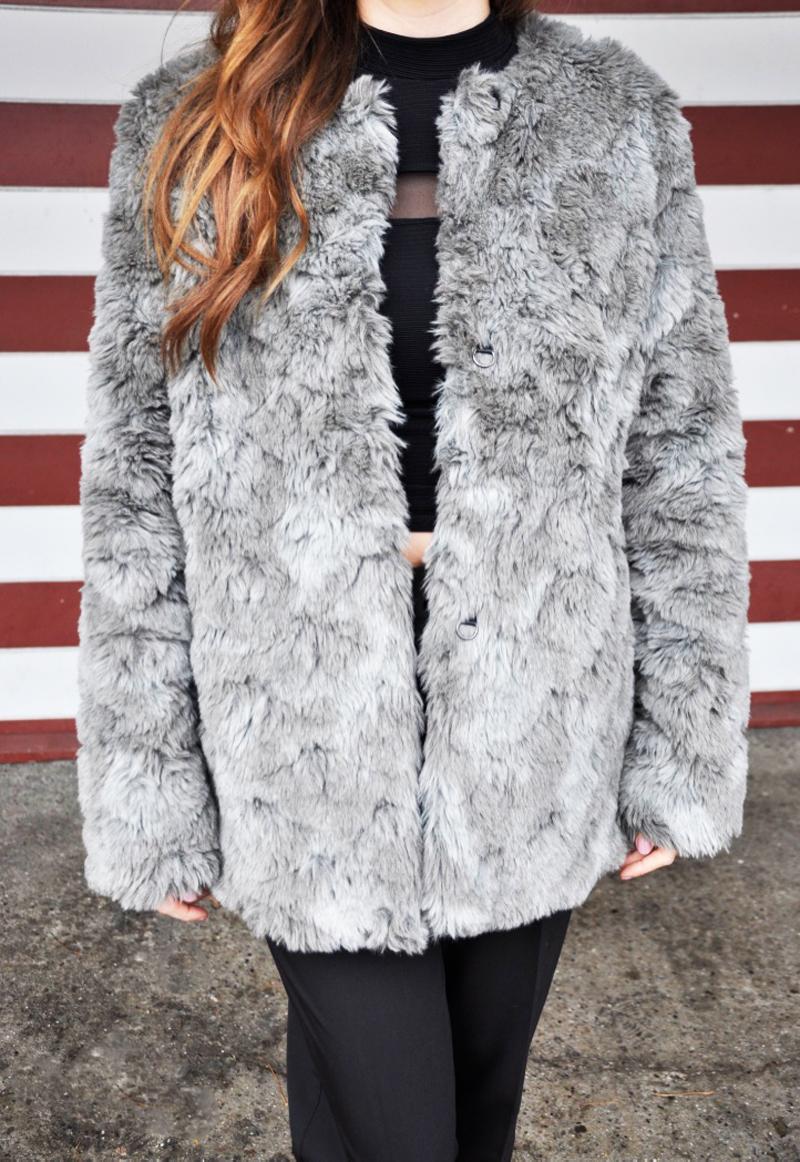 Ein Kutpelzmantel von H&M dazu eine schwarze Stoffhose von ASOS und ein kurzes Top mit Rollkragen von H&M. Die Lackschuhe sind von Zara und die ideale Kombination zu diesem Outfit.