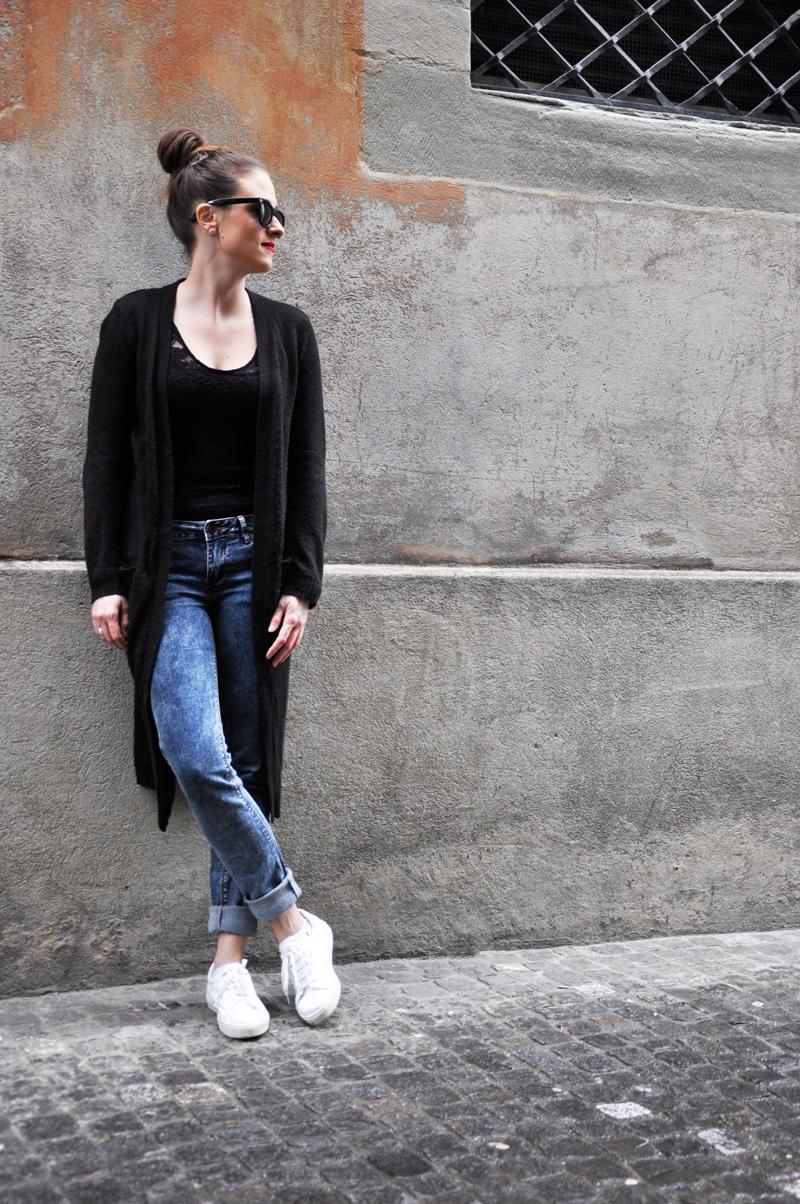 Minimalisten Look mit einer skinny Jeans von Pull&Bear, ein Body von H&M und eine knielange Strickjacke von Vero Moda. Dazu weisse Turnschuhe von Copenhagen (Zalando).