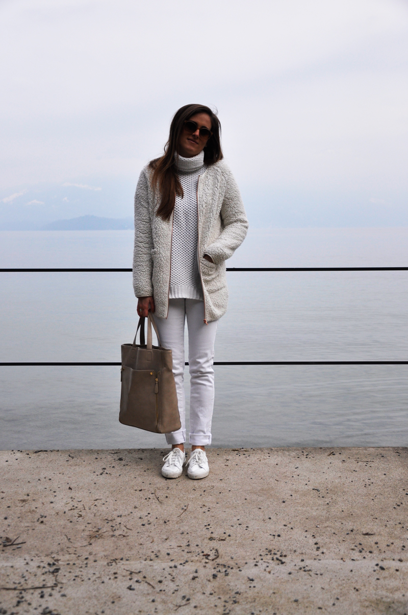 I wear the all-over look with white skinny jeans from H&M, a white turtleneck sweater from Forever 21 and a white jacket from Gina Tricot. The white sneakers are from Copenhagen (sneakers), the sunnglasses from VIU and the bag from H&M.