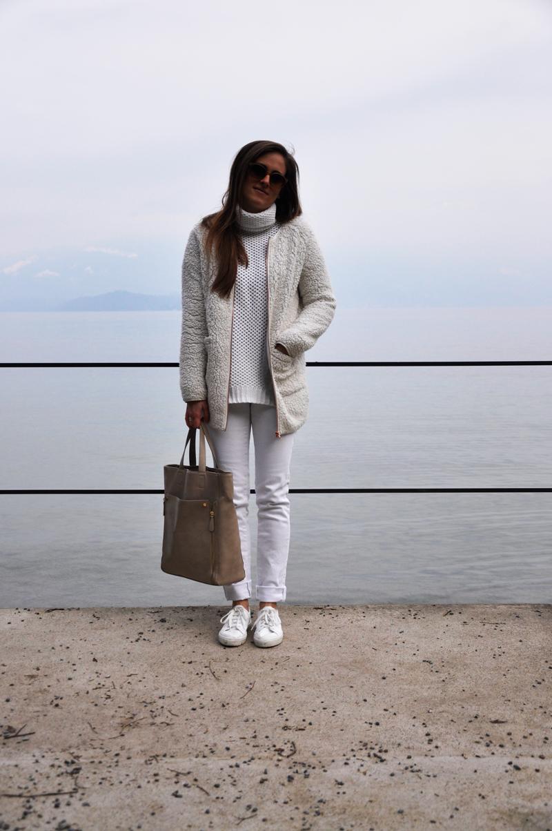 Beim all-over Look trage ich weisse skinny Jeans von H&M, einen Pullover von Forever 21 und eine Jacke von Gina Tricot. Die Sonnenbrille ist von VIU und die Schuhe sind von Copenhagen (Zalando). Dazu trage ich einen Tasche von H&M.
