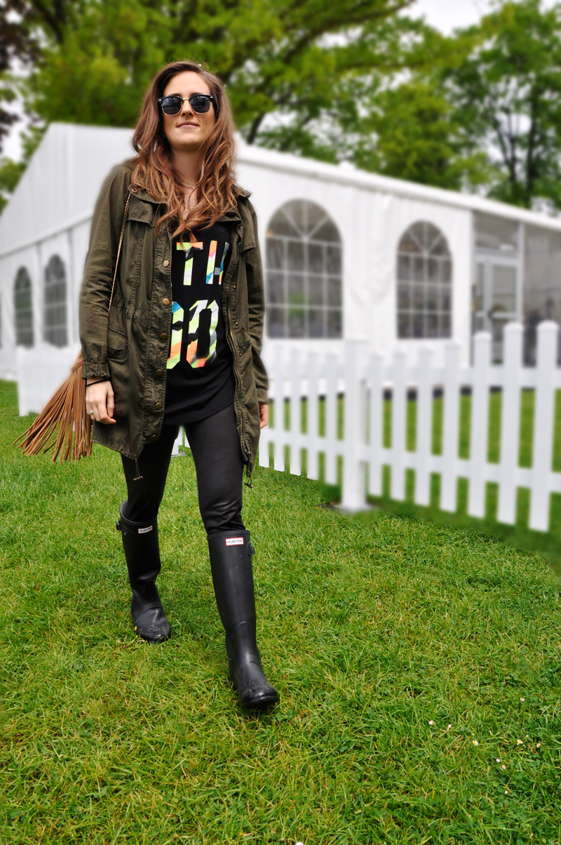 A green parka from La Redoute, a black shirt from H&M with leather leggings from Zalando and Hunterboots. A bag with fringes from Amazon and a Sunnglasses from the flea market.