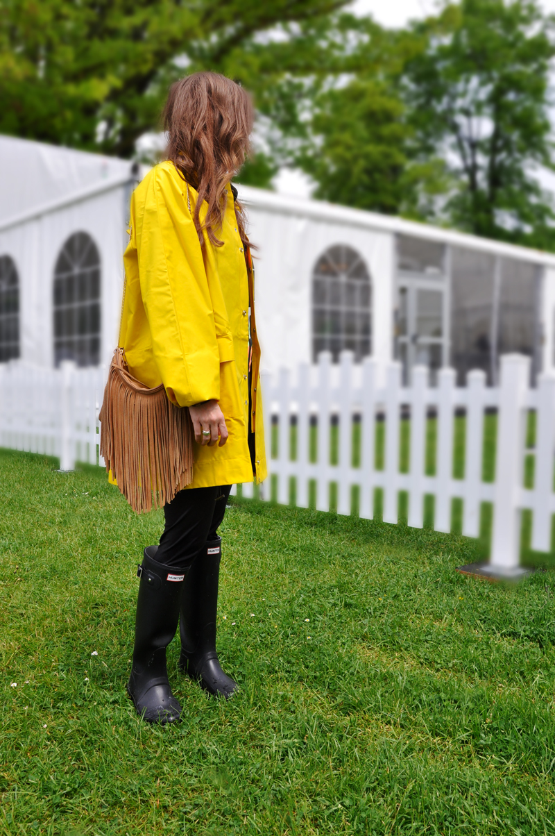 Yellow raincoat from SportScheck, a black shirt from H&M with leather leggings from Zalando and Hunterboots. A bag with fringes from Amazon and a Sunnglasses from the flea market.