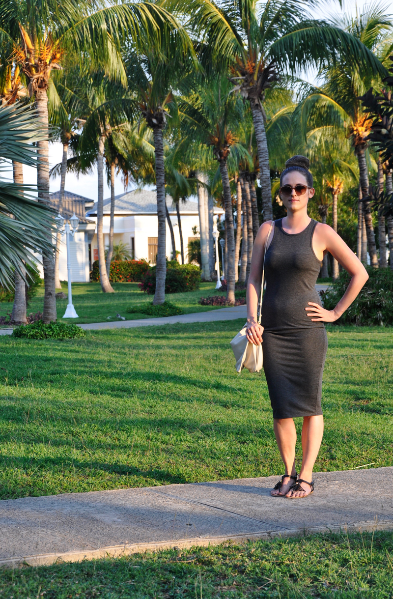 Casual an Chic Outfit. A grey mididress from Forever 21, a clutc h also from Forever 21 with comfortable flip flops.