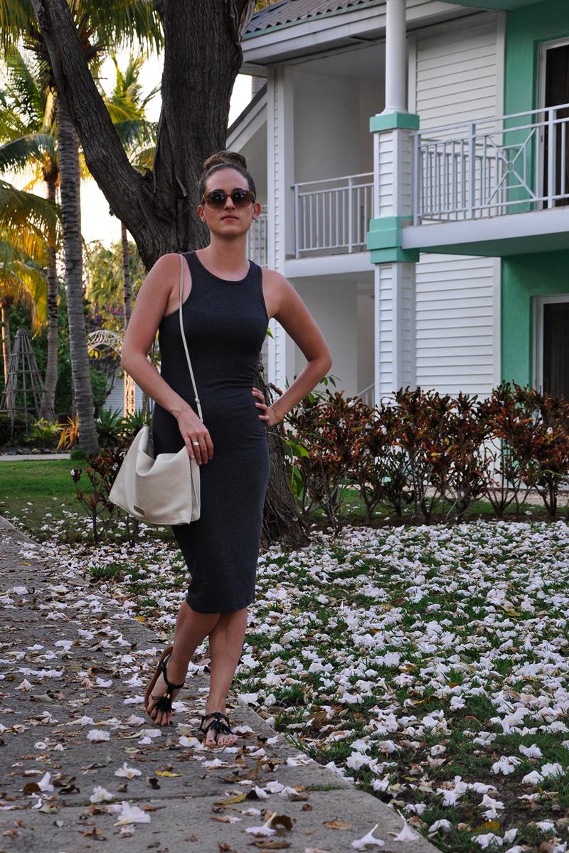 Casual Chic Sommer Outfit. Knielanges graues Kleid von Forever 21, dazu eine Tasche ebenfalls von Forever 21 und dazu schwarze Flip Flops.
