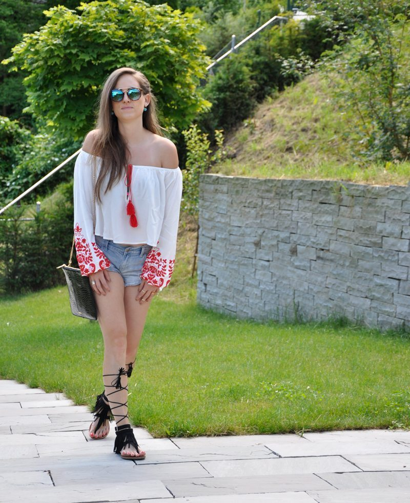 A off-shoulder Top with Hotpants and Flip Flops from Forever 21. The Bag ist from Topshop.