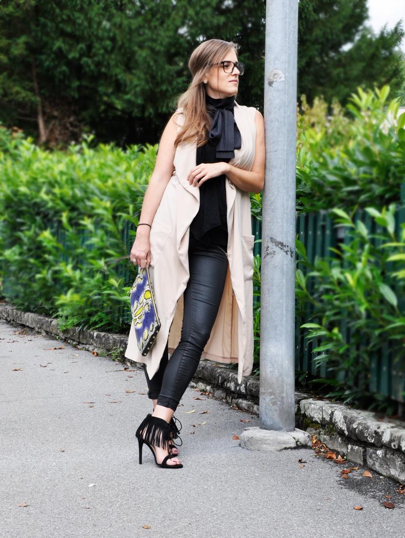 Das perfekte Business Outfit. Lange Weste von H&M, dazu eine Bluse mit grosser Masche von Hoss Intropia, dazu Hosen von Gina Tricot. Die Lesebrille ist von Chanel, Clutch von H&M und Schuhe von Forever 21.