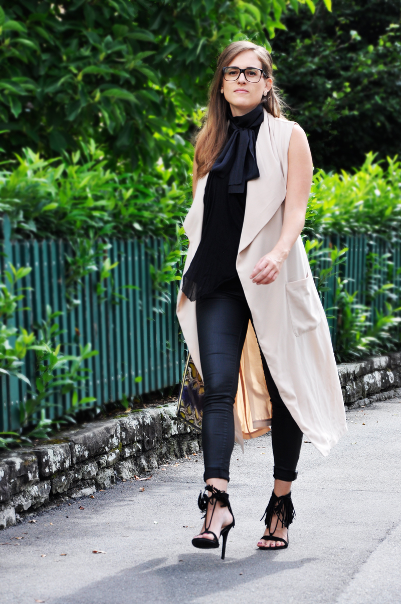 The perfect business outfit with a long vest from H&M, with a beautiful blouse with a bow from Hoss Intropia and black pants from Gina Tricot. The glasses is from Chanel, the clutch from H&M and the shoes with fringes from Forever 21.
