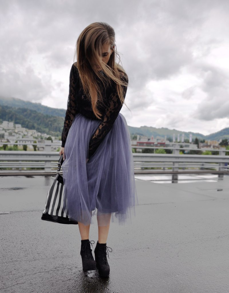 Carrie Bradshaws look is back. A purple tulleskirt from Asos with plateau shoes from H&M. A cropped shirt also from H&M with a black bandana. The bag ist from Fizzen.