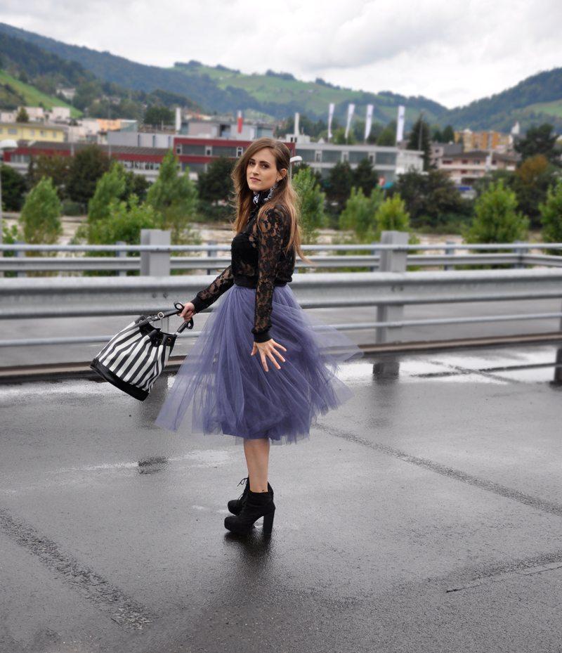 Carrie Bradshaws Look is back. Violetter Tüllrock von Asos, dazu Plateauschuhe von H&M und ein transparenter Pullover ebenfalls von H&M. Dazu ein Bandana und eine gestreifte Tasche von Fizzen.