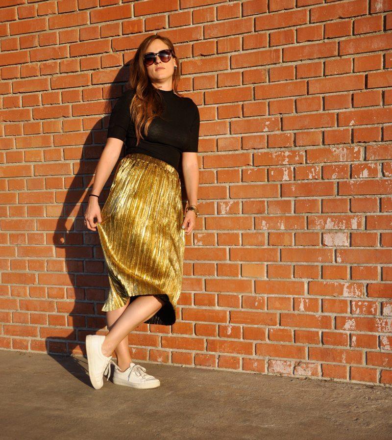 Goldener Midirock von shein.com, dazu ein schwarzes Shirt mit Rollkragen von H&M und weisse Sneakers von Zalando und Sonnenbrille von H&M.
