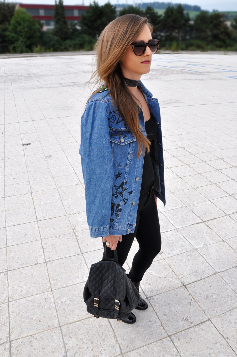 Oversize jeansjacket with patches from ASOS with black pants from Vero Moda and black shirt from H&M. The Shoes and Sunglasses are also from H&M and the black necklace from ASOS. Combined with a black backpack from Manor.