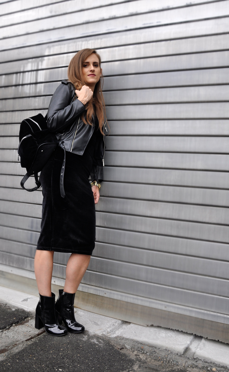 It's all about velvet. A leatherjacket with a black velvet dress. Shoes from H&M with a velvet backpack from Zalando.