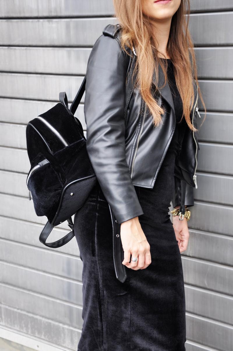 It's all about velvet. Schwarze Lederjacke von Zara mit einem schwarzen Samtkleid von ASOS. Dazu Lackstiefel von H&M und ein Samtrucksack von Zalando.