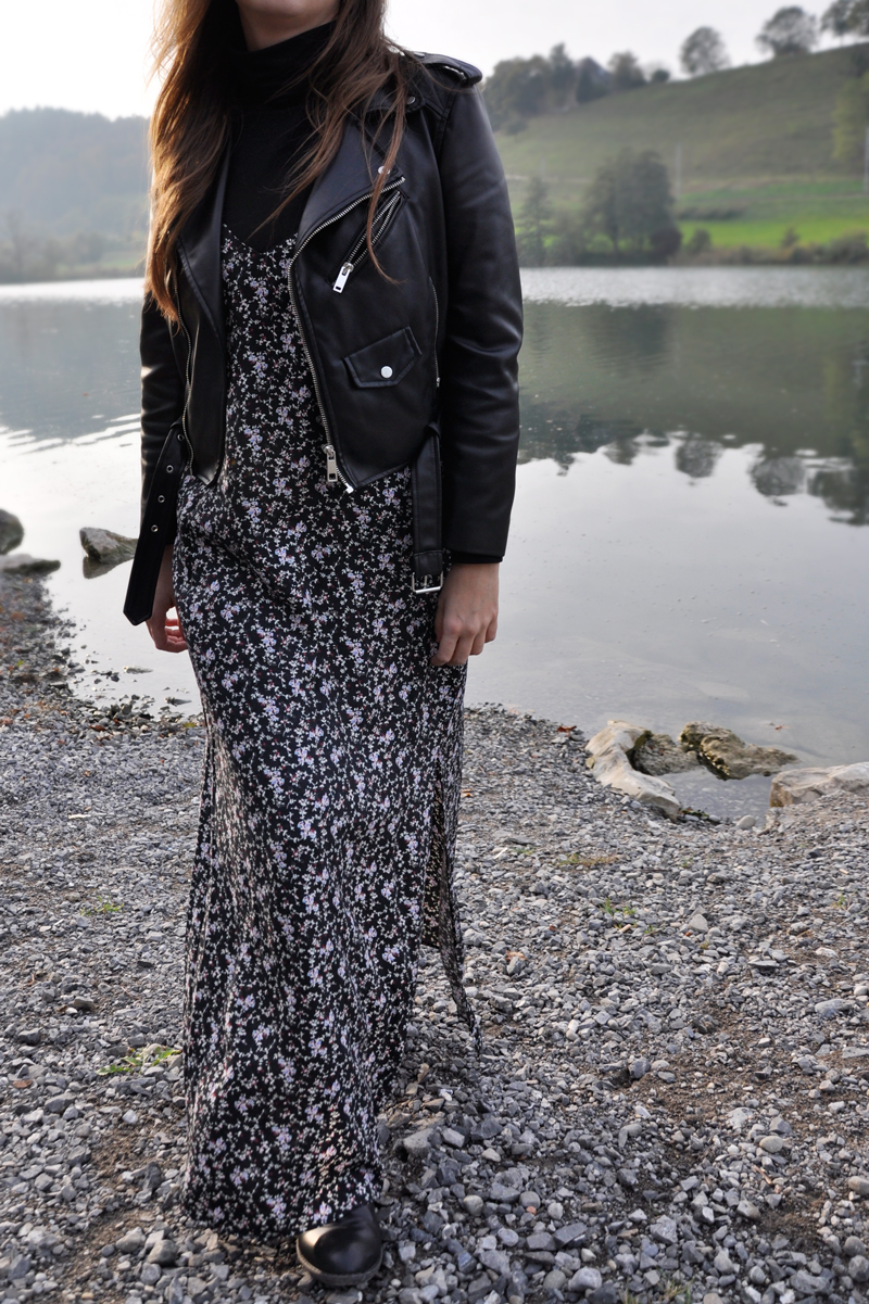 The Power of Flower. A long skirt with flower pattern from H&M in a layering-look with a turtleneck and a leather jacket.
