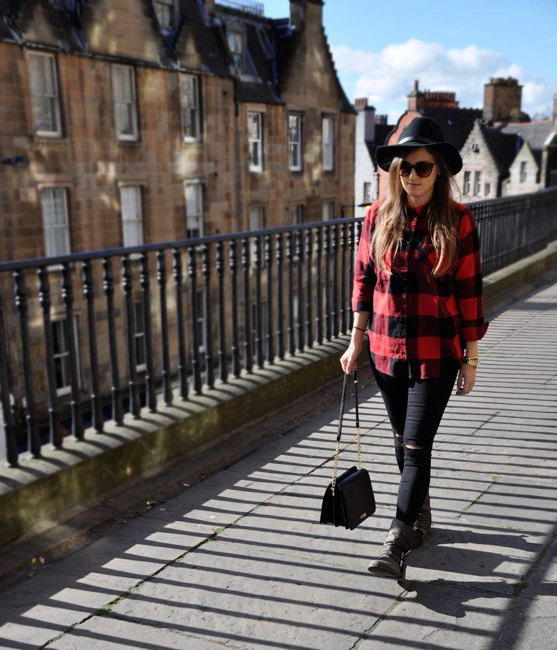 Check Style in Scotland. Ein rotkariertes oversize Hemp mit zerissenen skinny Jeans, dazu eine Umhängetasche mit Boots von Steve Madden, Hut und Sonnenbrille von H&M.