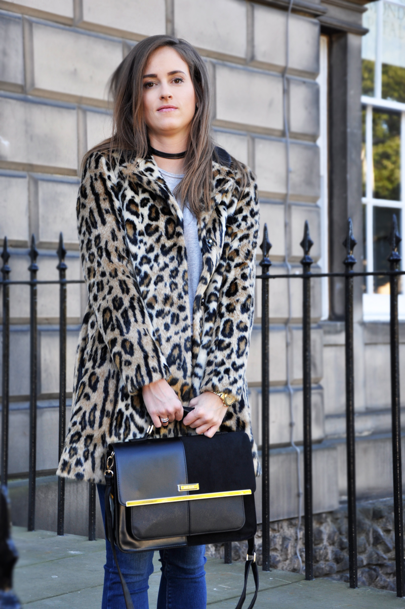 Fake fur in a leopard-pattern from Topshop with high waist jeans from River Island and a tanktop from H&M. The black bag and the bag is from River Island and a Choker Necklace from Topshop.