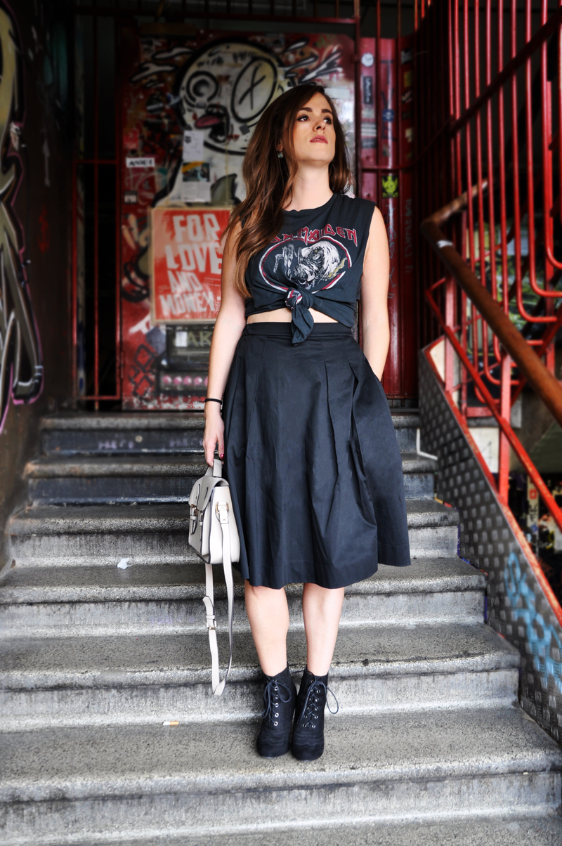 Rock on. Rock-Styling. T-Shirt von Iron Maden von H&M, dazu ein schwarzen knielangen Rock von Unqlo aus Japan und schwarze Stiefel von DuneLondon.