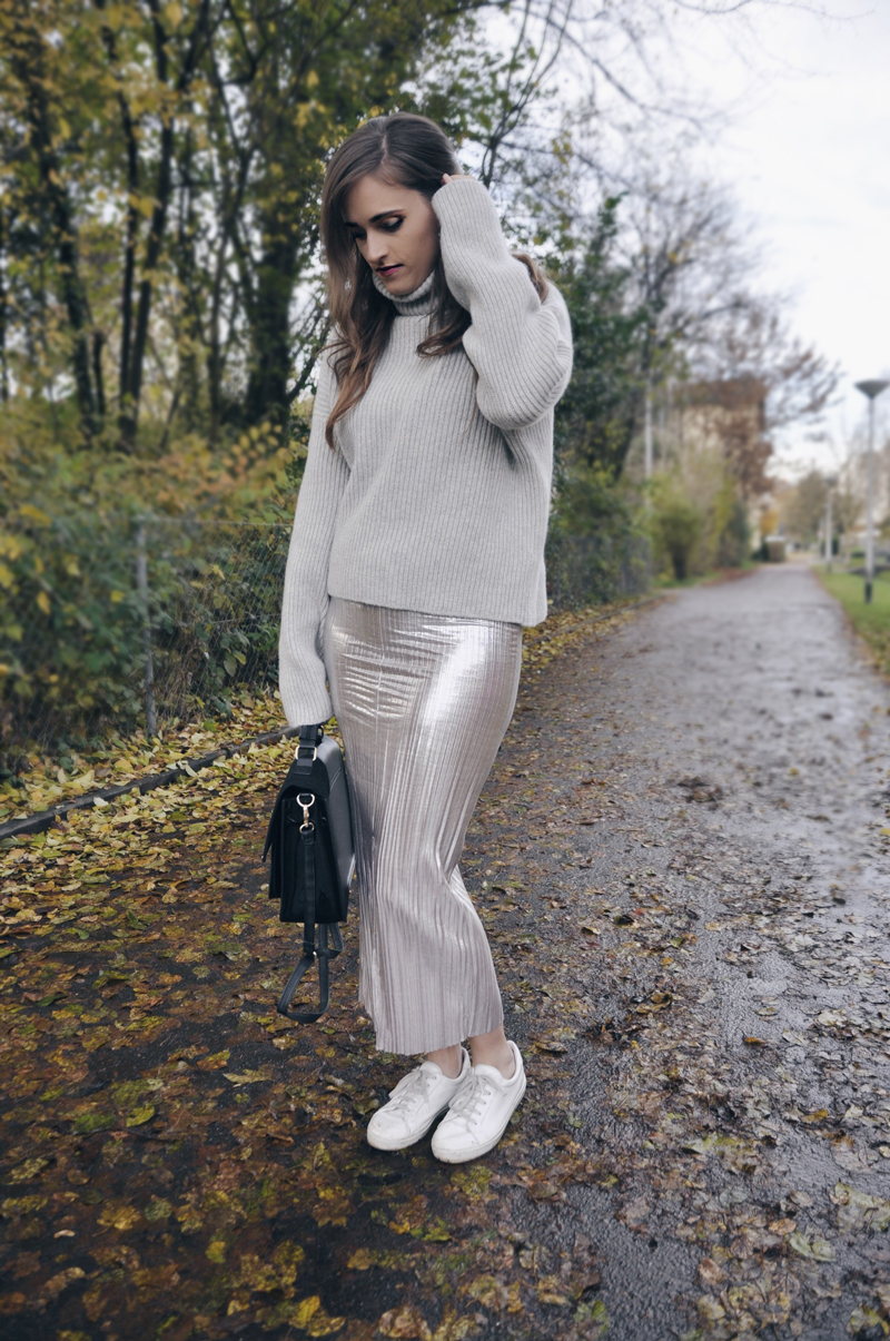 Skirt in silver with a grey turtleneck from H&M, white sneakers form Zalando and black bag from River Island.