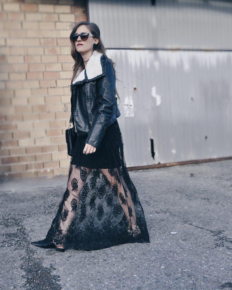 Bodenlanger transparenter Rock von Forever 21, dazu ein Body von Urban Outfitters und eine Fell-Lederjacke von H&M. Die Sonnenbrille und Loafers sind ebenfalls von H&M und die Tasche von River Island.