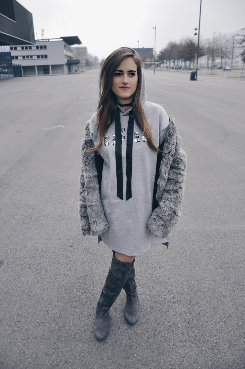 Oversized hoodie from Bershka with overknees from Milano and faux fur from H&M.