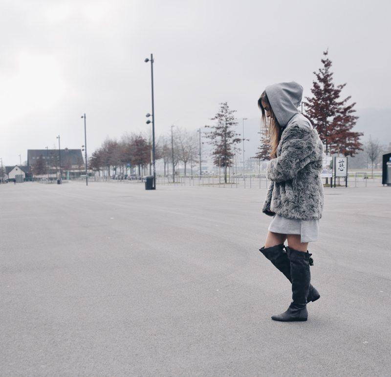 Oversized Hoodie von Bershak mit Overknees aus Mailand und Kunstpelzjacke von H&M.