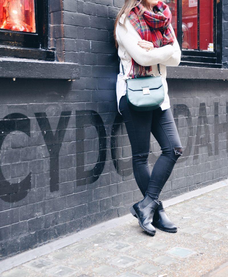 In Soho London trage ich meine Kunstfelljacke, dazu skinny Jeans mit Bluse und Pullover.