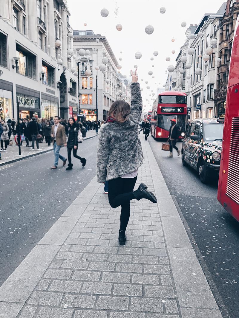 In London trage ich meine Kunstfelljacke, dazu skinny Jeans mit Bluse und Pullover.