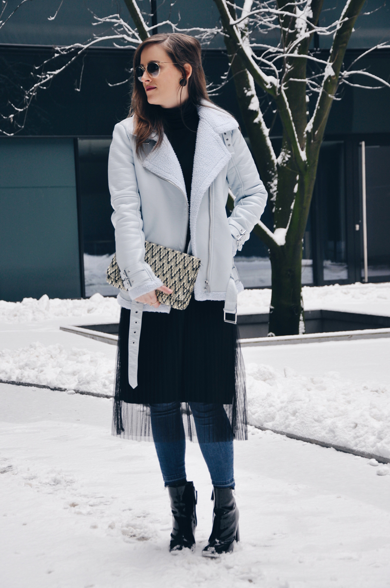 Stylish in Winter with a leahter jcket with a fur collar from Forever 21, a black plisse skirt from Bershka and skinny Jeans from Topshop.