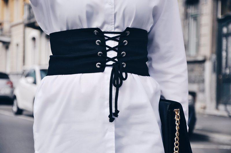 Frühlingslook mit einem schwarzen Korsett von Zara, darunter eine weisse Bluse von ASOS. Die schwarzen Hosen sind von Forver 21 und die Schuhe von Zara.