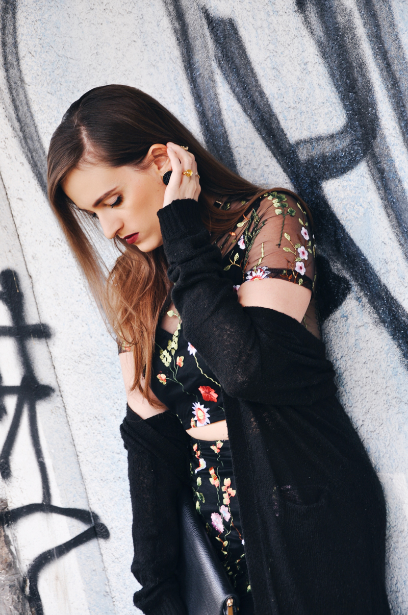 Der Frühlingslook mit einem bauchfreiem transparentem Kleid mit Blumenmuster von shein.com, dazu eine Strickjacke von Only und weisse Sneakers von H&M.