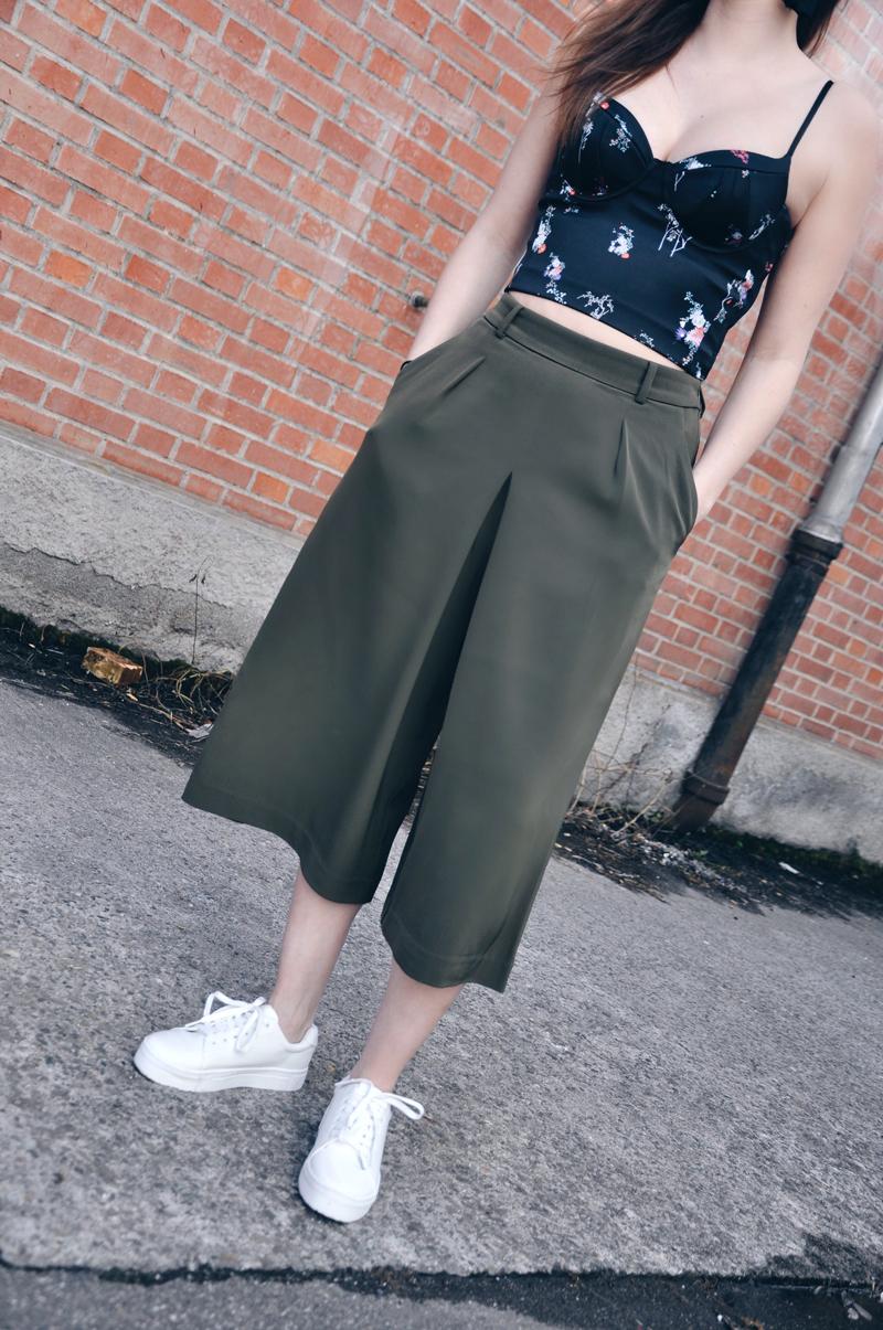 Frühlingsoutfit mit einem Bustier-Oberteil mit Blumenmuster von H&M, dazu eine grüne weite Hose von Uniqlo, weisse Sneakers auch von H&M und einer Sonnenbrille von Forever 21.