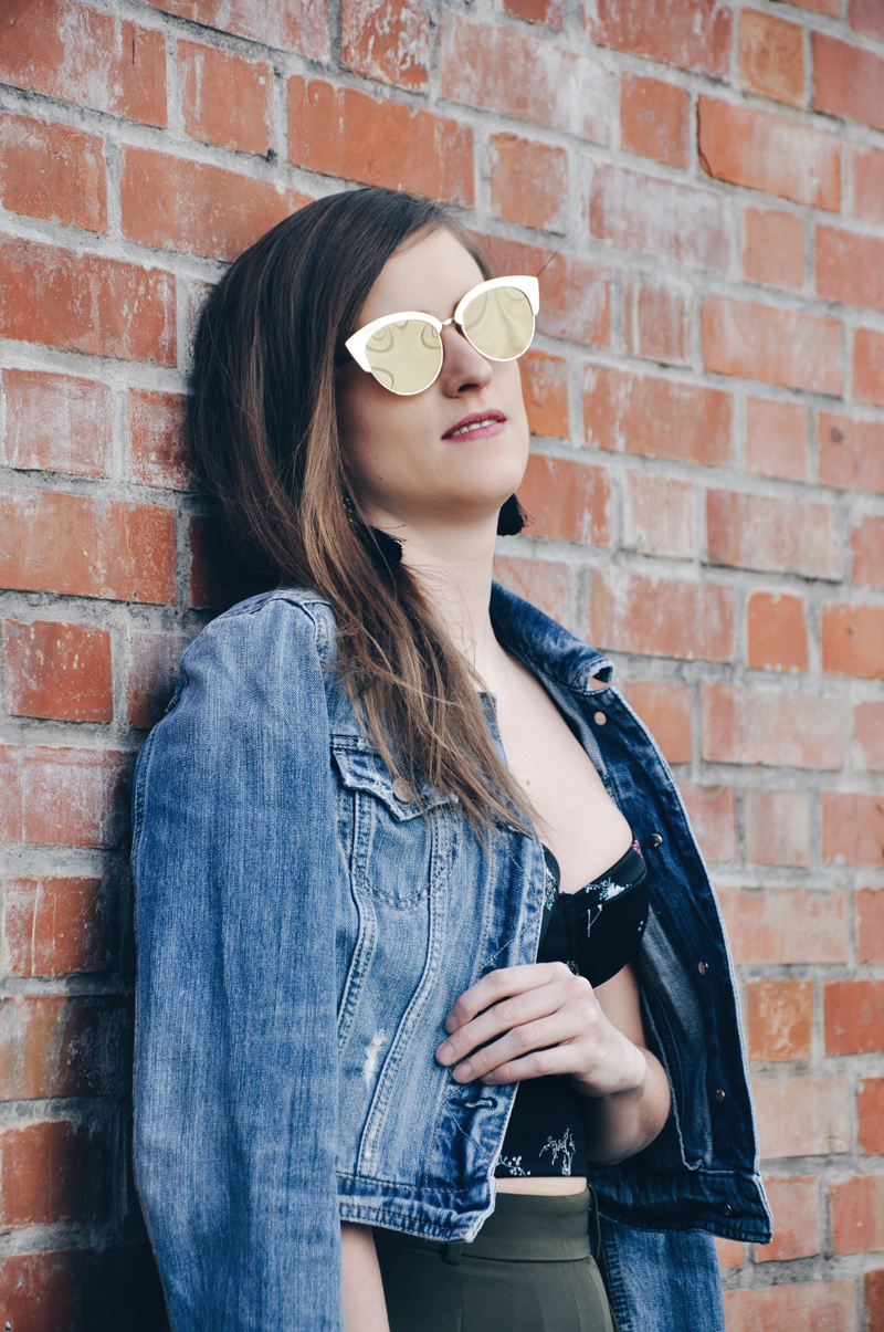 Frühlingsoutfit mit einem Bustier-Oberteil mit Blumenmuster von H&M, dazu eine Jeansjacke von American Eagle und eine grüne weite Hose von Uniqlo, weisse Sneakers auch von H&M und einer Sonnenbrille von Forever 21.