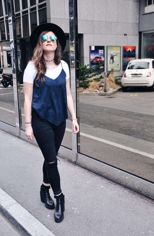 Cooler Frühlingslook mit eine Trägershirt von Romwe, dazu ein weisses T-Shirt von Vero Moda und skinny Jeans von Topshop. Hut und Sonnenbrille sind von H&M und Schuhe von Zara.