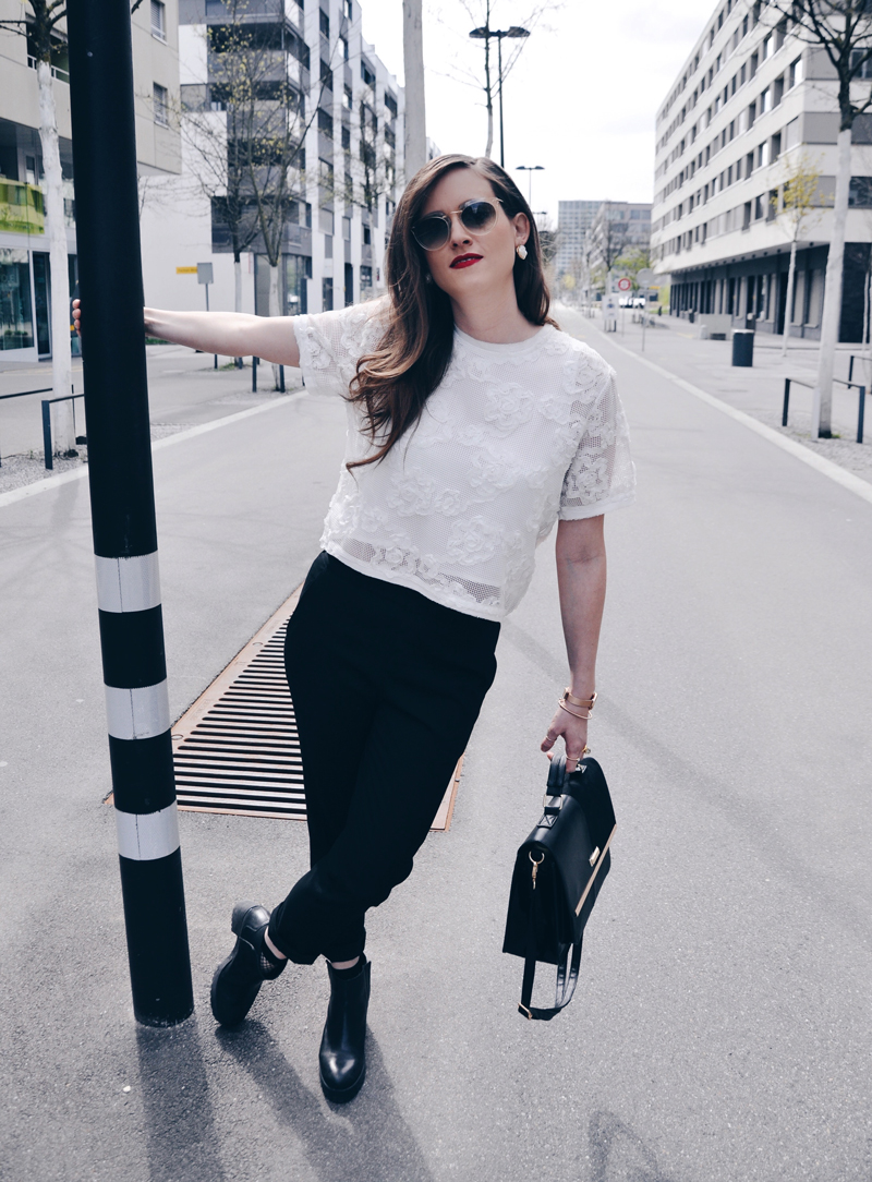Der Frühlingslook mit einem T-Shirt von Tooché, schwarze Hosen von Uniqlo und ene Tasche von River Island. Die Schuhe sind von Zara, die Sonnenbrille von Silhouette und die Ohrringe ebenfalls von Tooché.Fashionblogger, Andrea Steiner von Strawberries 'n' Champagne -