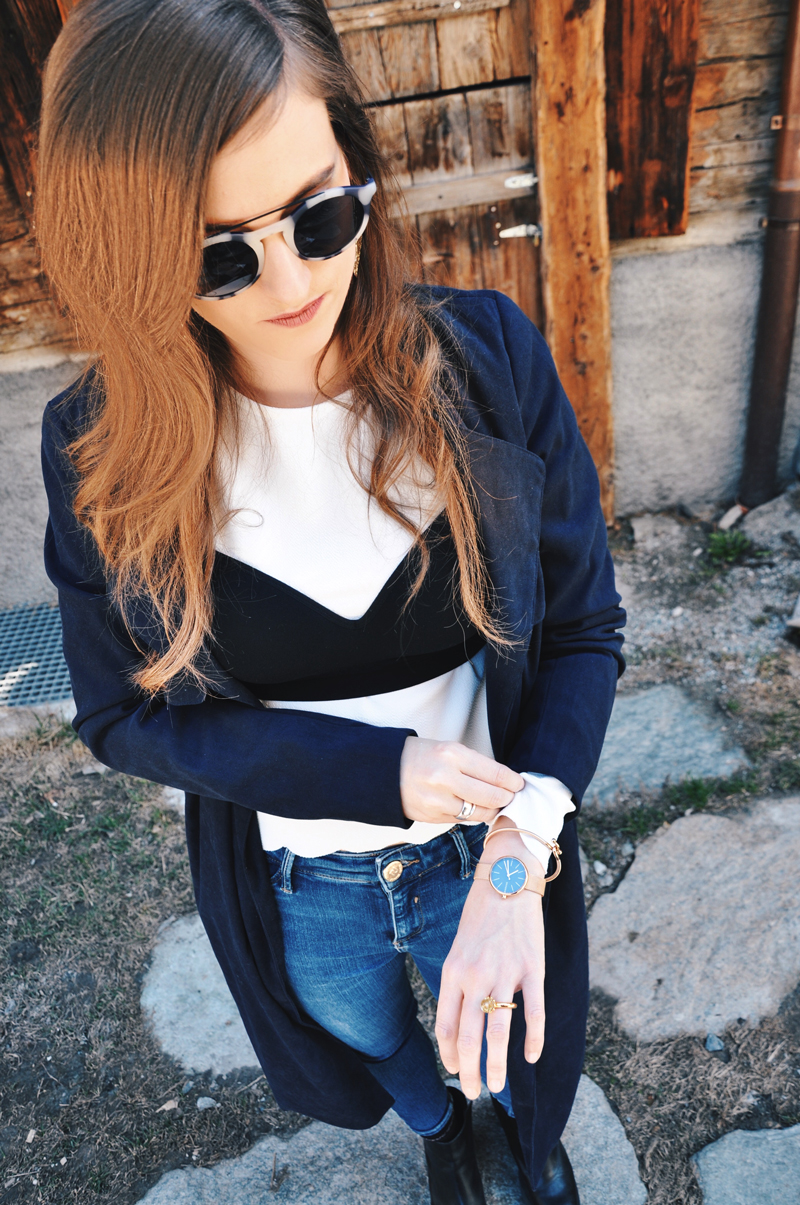 Für das Zermatt unplugged trägt Andrea vom Modeblog Strawberries 'n' Champagne einen BH von H&M, darunter ein weisses Shirt von ASOS. Die skinny Jeans sind von Topshop und der lange Mantel von Only. Die Boots sind von Zara und die Sonnenbrille von neubau eyewear.