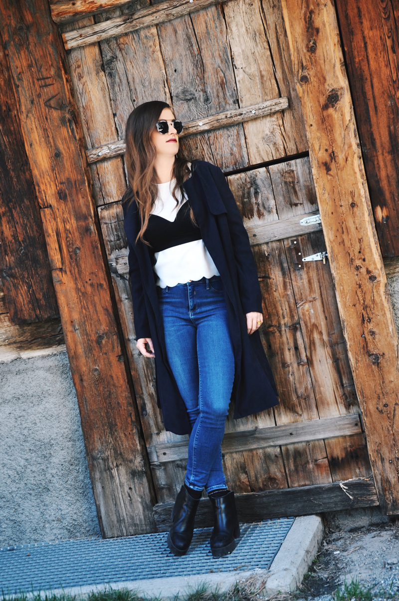 Outfit for a festival with skinny jeans from Topshop, a white shirt from Asos and over it a bras from H&M. Shoes are from Zara and the sunglasses from neubau eyewear. My long jacket ist from Only.