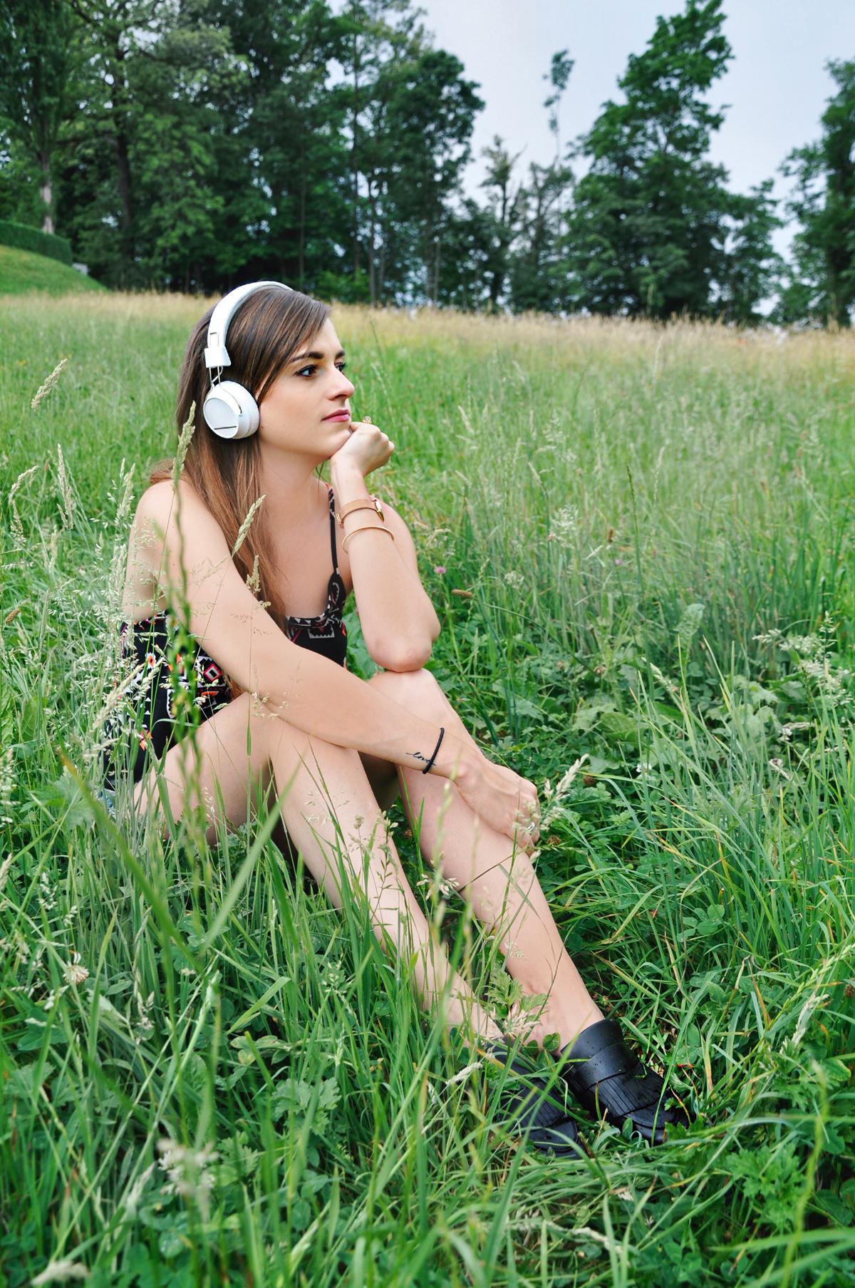 Fasionblogger, Andrea Steiner from Strawberries 'n' Champagne wear Regen On-Ear Headphones by Sudio.