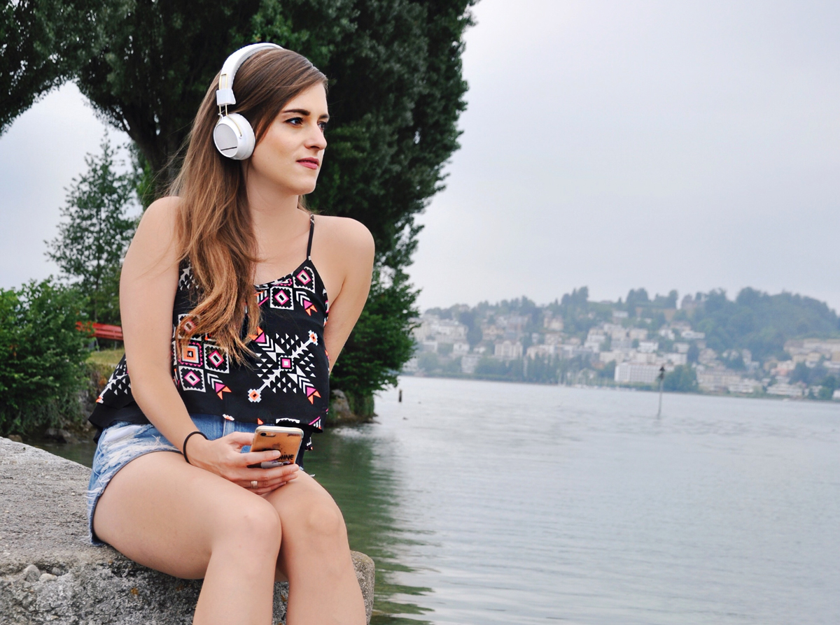 Fasionblogger, Andrea Steiner from Strawberries 'n' Champagne wear Regen On-Ear Headphones by Sudio.