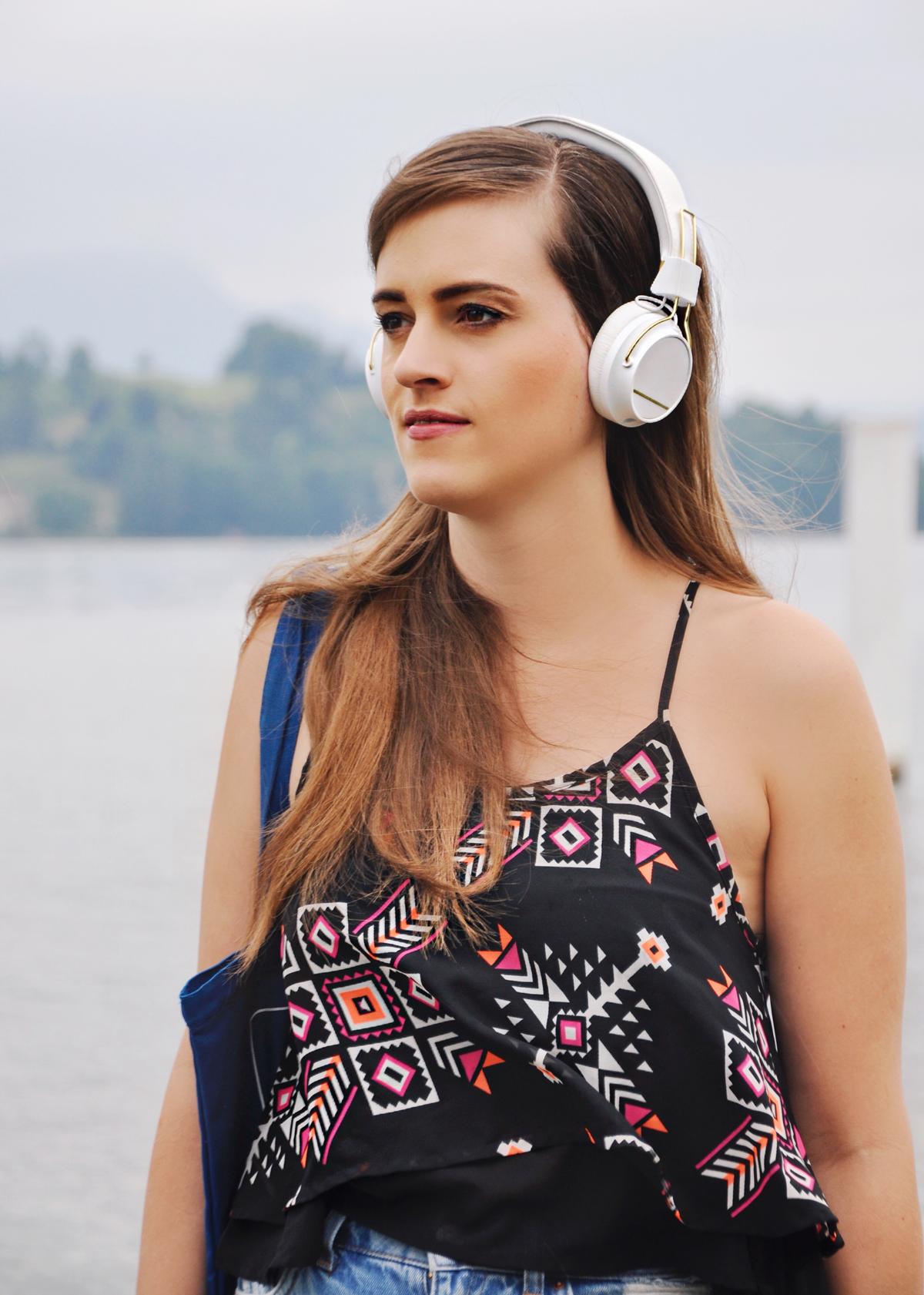 Fashionblogger, Andrea Steiner von Strawberries 'n' Champagne trägt die neuen Regent On-Ear Headphones by Sudio.